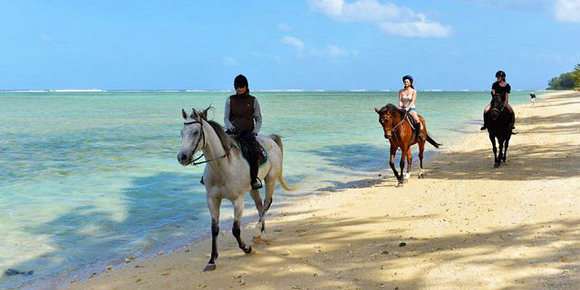 secluded horse riding on the riambel beach (3)