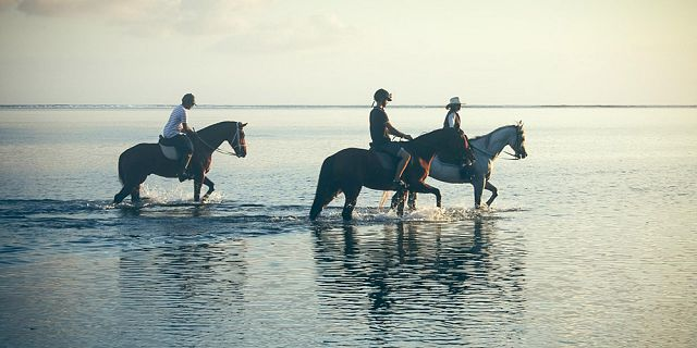 secluded horse riding on the riambel beach (5)