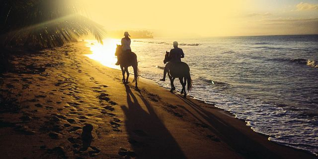 romantic sunset horse riding on the riambel beach (2)