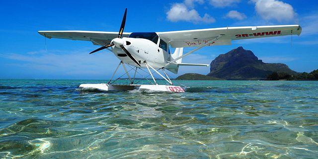 Vos différents types d'embarcation préférés  Seaplane-flight-at-le-morne-mauritius-southwest%20(2)